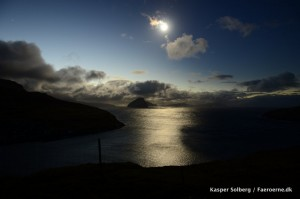 Sekunder før den totale solformørkelse. Bemærk at månens skygge formørker himmelen i venstre side.